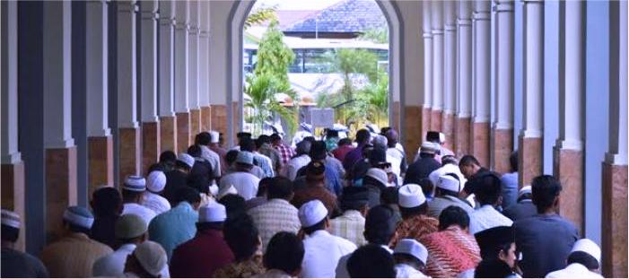 majalah islam khutbah jumat, hukum membangunkan orang di sela-sela khutbah jumat